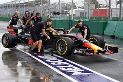 Les mécaniciens Red Bull poussent la RB14 dans la voie des stands