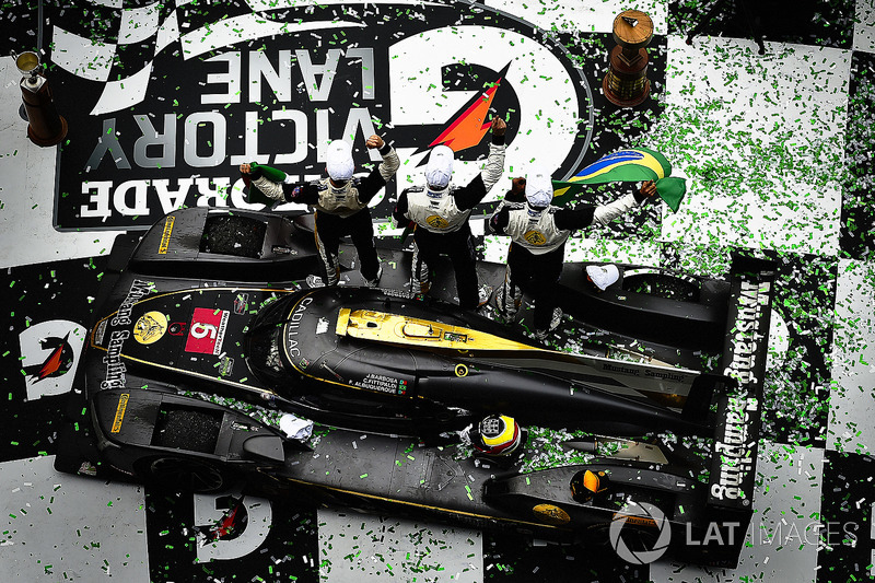 6. #5 Action Express Racing Cadillac DPi, P: Joao Barbosa, Christian Fittipaldi, Filipe Albuquerque celebra en victory lane