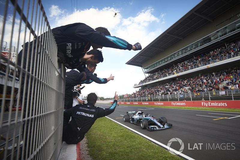 Hamilton viert zijn tweede zege op rij