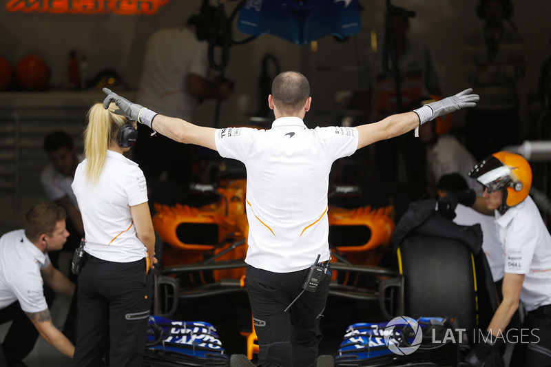 El equipo McLaren se prepara para sacar a Fernando Alonso, McLaren MCL33, en clasificación