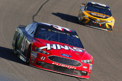 Kurt Busch, Stewart-Haas Racing Ford, Matt Kenseth, Joe Gibbs Racing Toyota