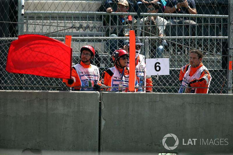 Oficiales con bandera roja