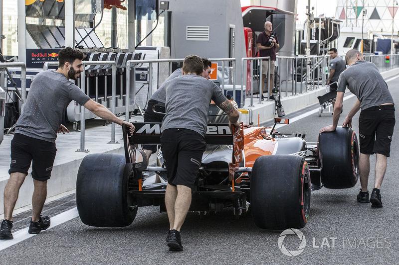 Mecánicos de McLaren empujan el MCL32 en el pitlane