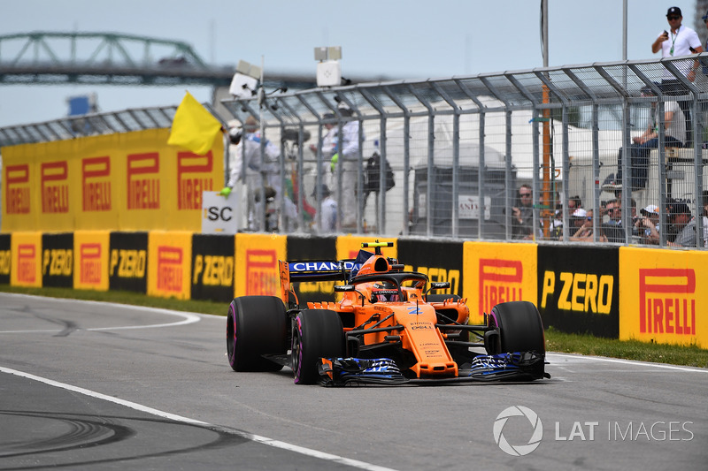 Stoffel Vandoorne, McLaren MCL33 con un pinchazo