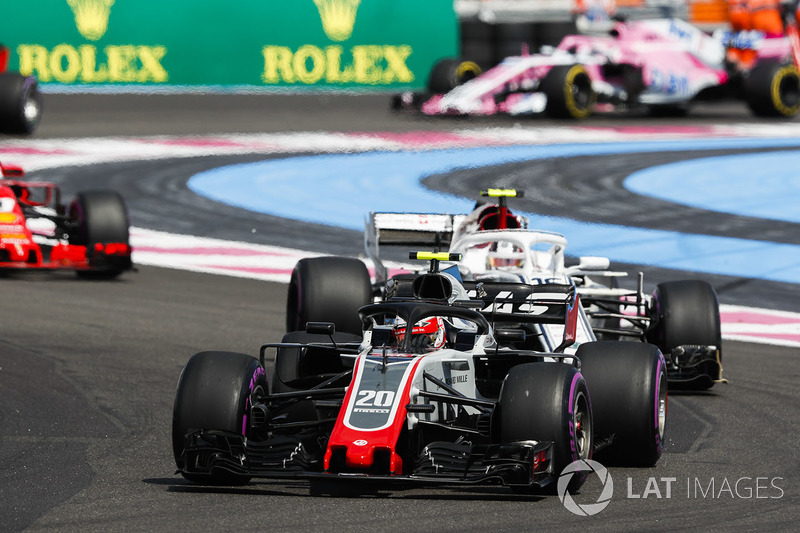 Kevin Magnussen, Haas F1 Team VF-18, devant Charles Leclerc, Sauber C37