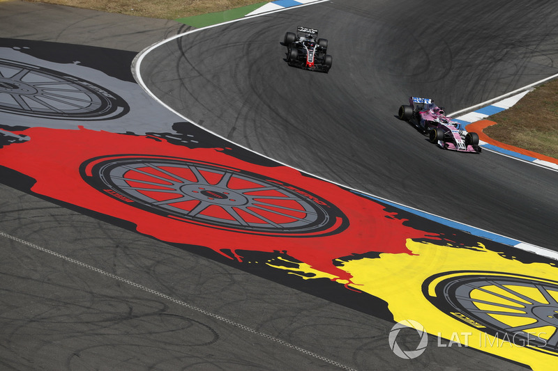 Sergio Perez, Force India VJM11 y Romain Grosjean, Haas F1 Team VF-18