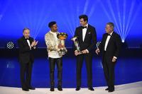 Lewis Hamilton con Toto Wolff, Jean Todt y Chase Carey