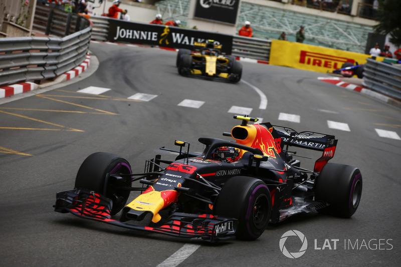 Max Verstappen, Red Bull Racing RB14, delante de Carlos Sainz Jr., Renault Sport F1 Team R.S. 18