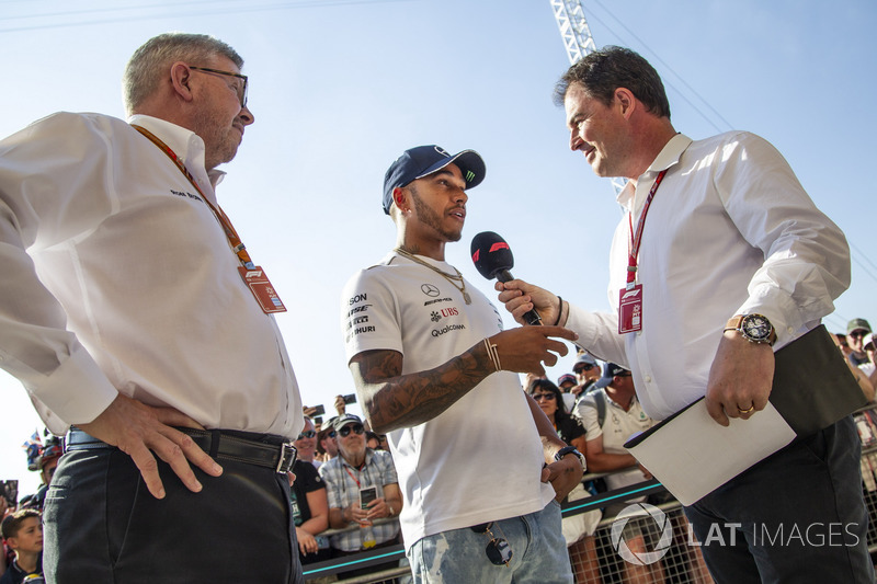 Lewis Hamilton, Mercedes-AMG F1 con Ross Brawn, Formula One Managing Director del Motorsport e James Allen