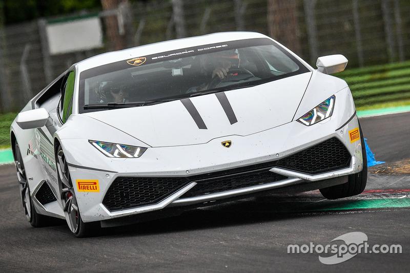 Andrea Dovizioso en un Lamborghini Huracán