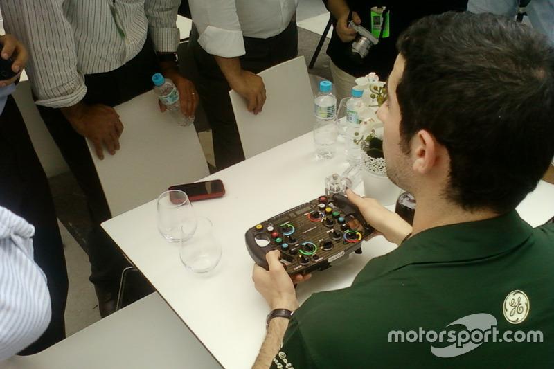 Alexander Rossi mostra volante para convidados