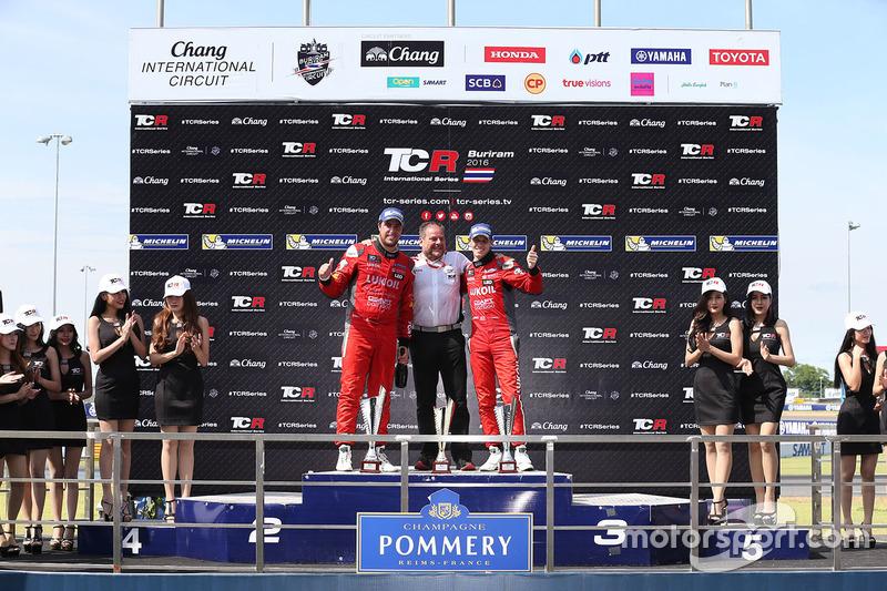 Podio: il vincitore Pepe Oriola, SEAT Leon, Team Craft-Bamboo LUKOIL, il secondo classificato James Nash, Team Craft-Bamboo, SEAT León TCR, il terzo classificato Gianni Morbidelli, Honda Civic TCR, West Coast Racing