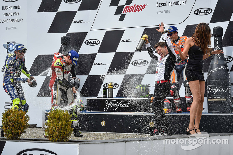 Podio: Cal Crutchlow, Team LCR Honda, Valentino Rossi, Yamaha Factory Racing, Marc Márquez, Repsol Honda Team con champagne