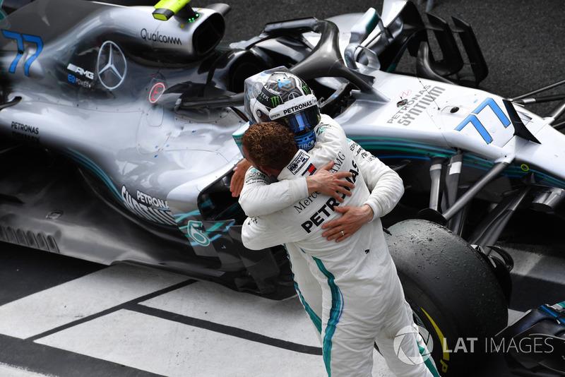 El ganador: Lewis Hamilton, Mercedes AMG F1 W09 con Valtteri Bottas, Mercedes AMG F1