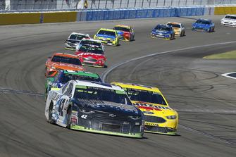 Kyle Larson, Chip Ganassi Racing, Chevrolet Camaro DC Solar Vegas Strong and Joey Logano, Team Penske, Ford Fusion Shell Pennzoil