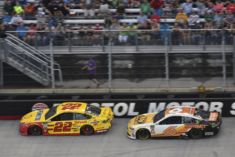 Joey Logano, Team Penske, Ford Fusion Shell Pennzoil and Trevor Bayne, Roush Fenway Racing, Ford Fusion AdvoCare Rehydrate