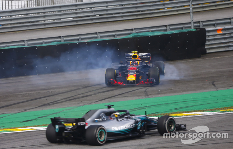 Lewis Hamilton, Mercedes AMG F1 W09, passe devant Max Verstappen, Red Bull Racing RB14 Tag Heuer, envoyé en tête-à-queue après une collision avec Esteban Ocon, Force India VJM11 Mercedes.