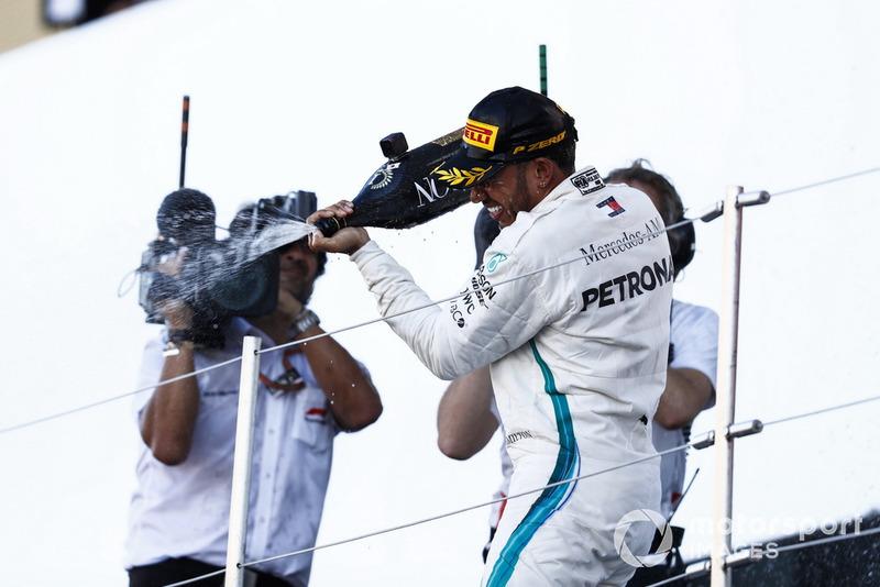 Il vincitore della gara Lewis Hamilton, Mercedes AMG F1, spruzza lo Champagne dal podio