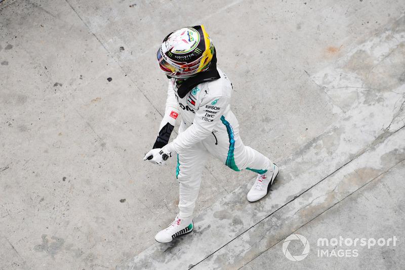 Lewis Hamilton, Mercedes AMG F1 festeggai la Pole Position nel parco chiuso