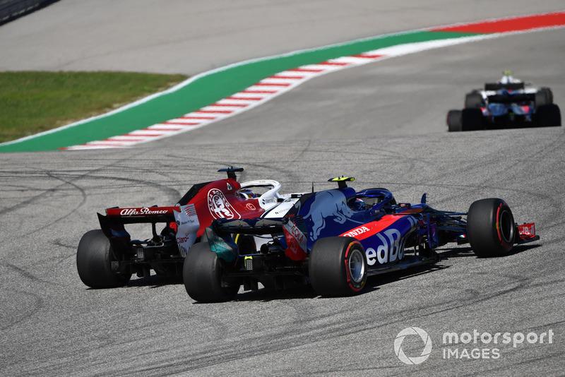 Pierre Gasly, Toro Rosso STR13 lotta con Marcus Ericsson, Sauber C37