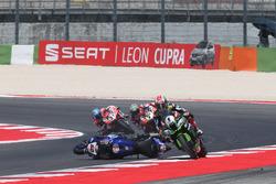 Jonathan Rea, Kawasaki Racing évite la moto de Michael van der Mark, Pata Yamaha