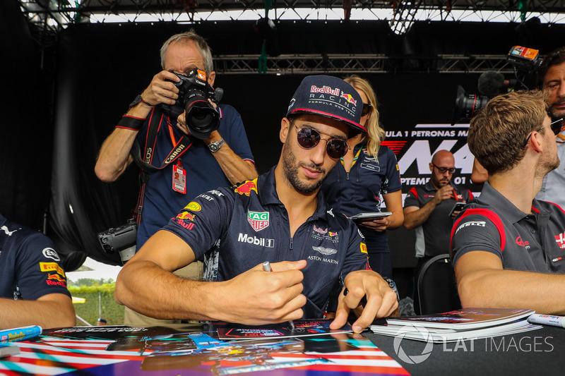 Даніель Ріккардо, Red Bull Racing підписує автографи уболівальникам