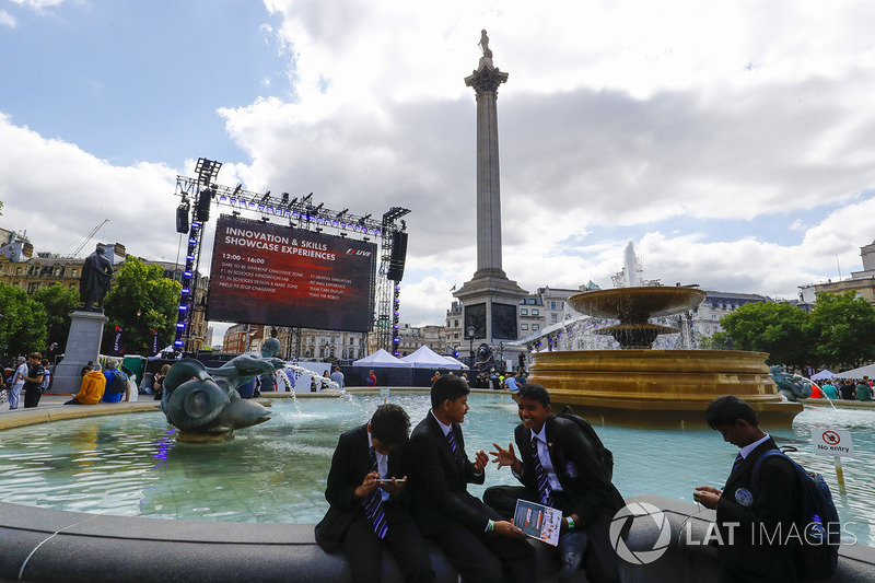 Школярі розважаються на Трафальгарській площі