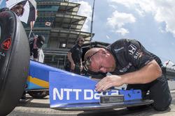 Max Chilton, miembro del equipo Chip Ganassi Racing Honda ajusta el ángulo del ala delantera