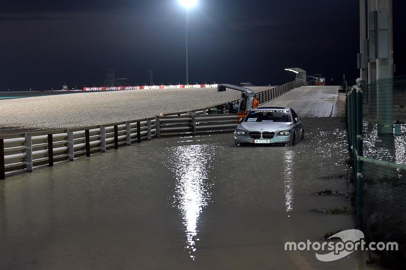 Mobil shuttle media di dalam air