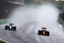 Nico Rosberg, Mercedes AMG F1 W07 Hybrid y Max Verstappen, Red Bull Racing RB12