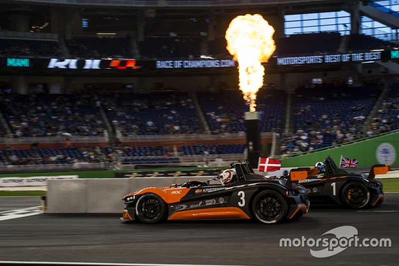 Tom Kristensen, supera a David Coulthard, conduciendo el VUHL 05
