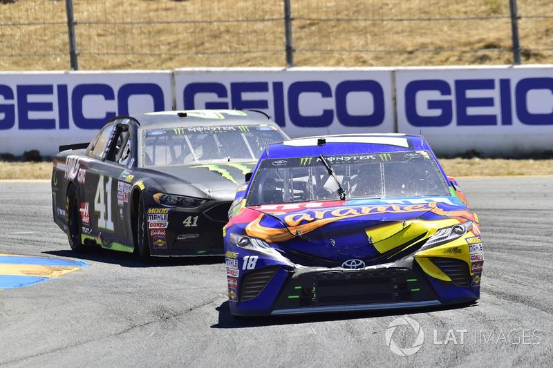 Kyle Busch, Joe Gibbs Racing Toyota, Kurt Busch, Stewart-Haas Racing Ford