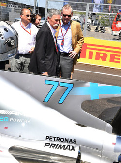 Chase Carey, Director Ejecutivo y Presidente Ejecutivo de la Formula One Group, Luca Colajanni, Formula One Oficial Senior de comunicaciones y Sean Bratches, Formula One Managing Director Comercia
