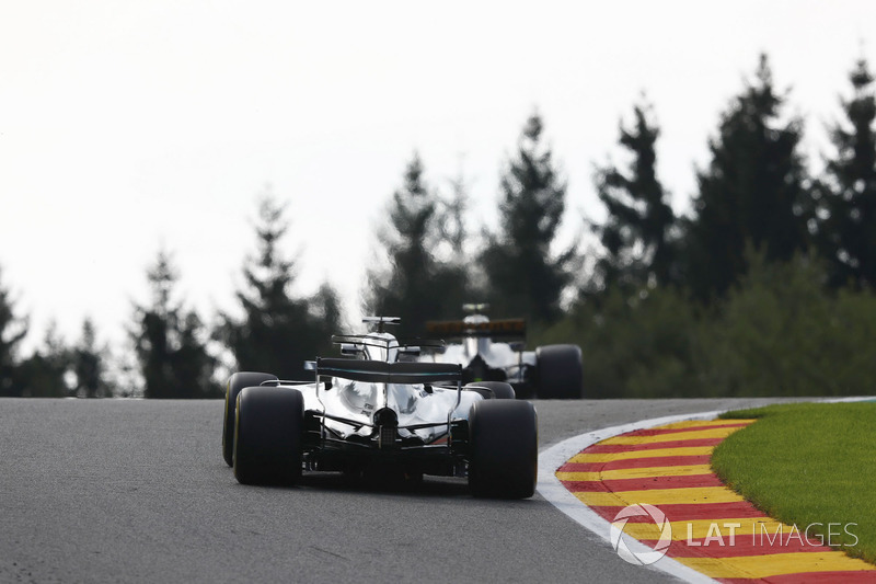 Lewis Hamilton, Mercedes AMG F1 W08, follows Jolyon Palmer, Renault Sport F1 Team RS17