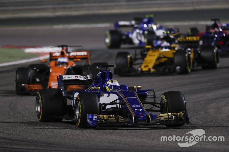 Marcus Ericsson, Sauber C36, Fernando Alonso, McLaren MCL32, Jolyon Palmer, Renault Sport F1 Team RS