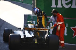 Jolyon Palmer, Renault Sport F1 Team, exits his crashed car