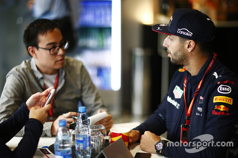 Daniel Ricciardo, Red Bull Racing, talks to Motorsport.com reporter Erwin Jaeggi