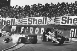 L'incidente tra Clay Regazzoni, Ferrari 312T2 e James Hunt, McLaren M23