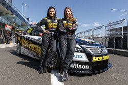 Simona de Silvestro y Renee Gracie, Harvey Norman Supergirls Nissan
