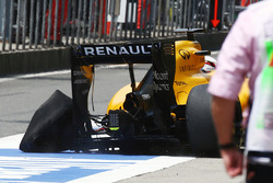 Kevin Magnussen, Renault Sport F1 Team RS16, komt met een lekke achterband terug in de pits