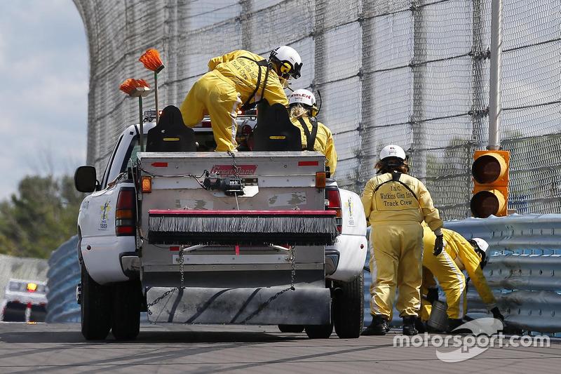 Gli addetti alla pista riparano il tracciato