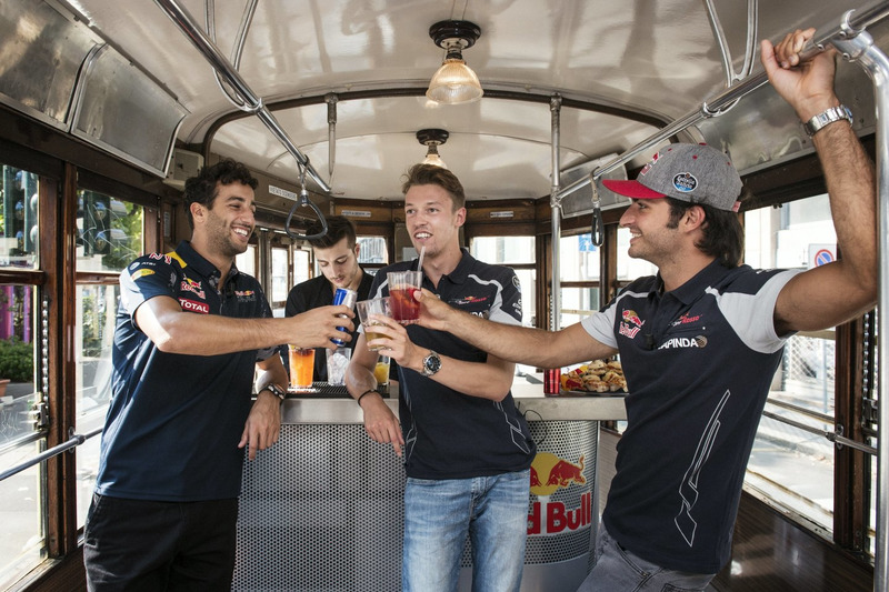 Daniel Ricciardo, Carlos Sainz Jr. ve Daniil Kvjat tarihi Milano tramvayında