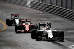 Felipe Massa, Williams FW38, lidera a Sebastian Vettel, Ferrari SF16-H, y a Nico Hulkenberg, Force I