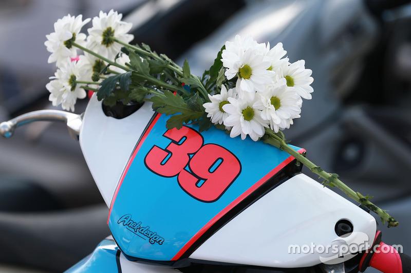 Blumen in Erinnerung an Luis Salom, SAG Racing Team