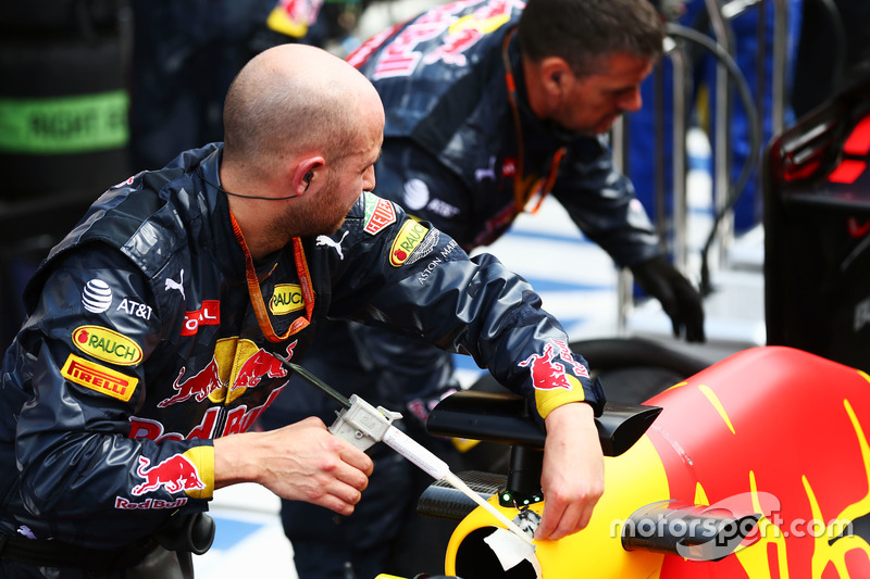 Red Bull Racing RB12 ve mekanikerler