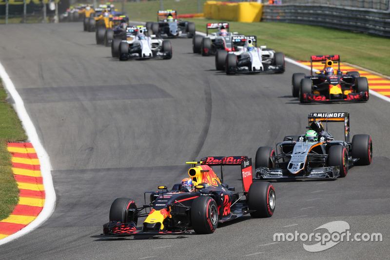 Max Verstappen, Red Bull Racing RB12 hasarlı ön kanat ile
