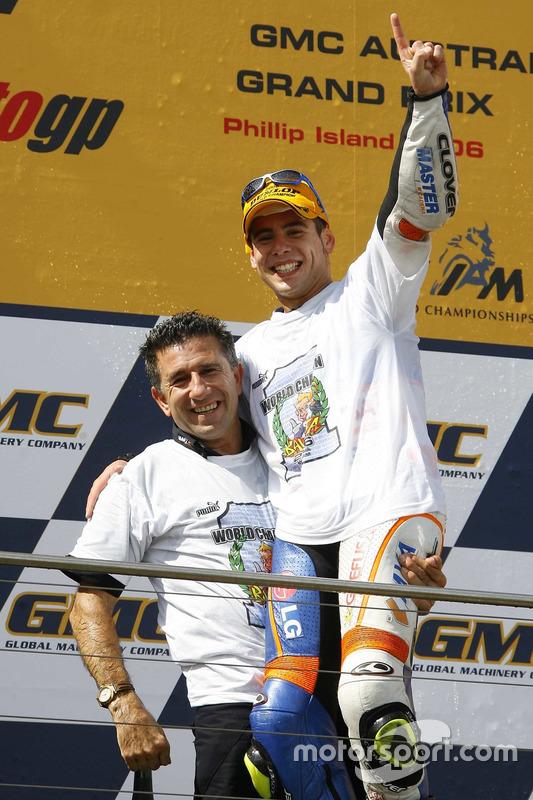 Alvaro Bautista, Aspar Team Aprilia, fête sa victoire et son titre de Champion du monde avec Jorge Martinez