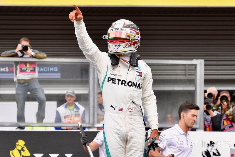 Le poleman Lewis Hamilton, Mercedes AMG F1 W09, dans le parc fermé
