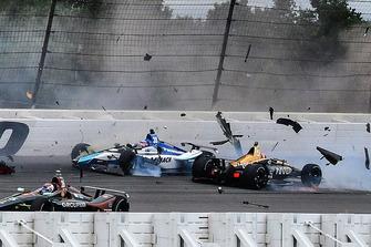 Crash: Takuma Sato, Rahal Letterman Lanigan Racing Honda, James Hinchcliffe, Schmidt Peterson Motorsports Honda