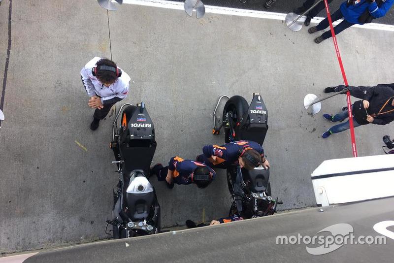 Les mécaniciens Repsol Honda préparent les motos de Marc Márquez